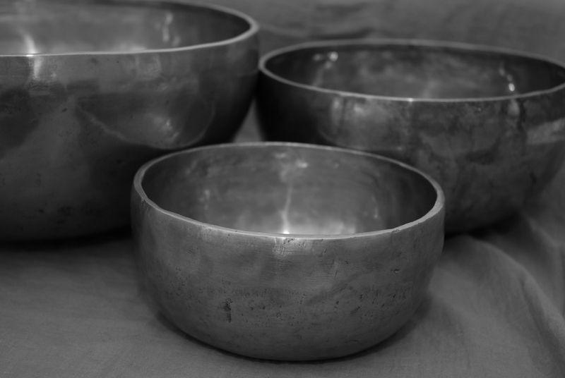 3 Schalen aus Metall schwarz-weiß