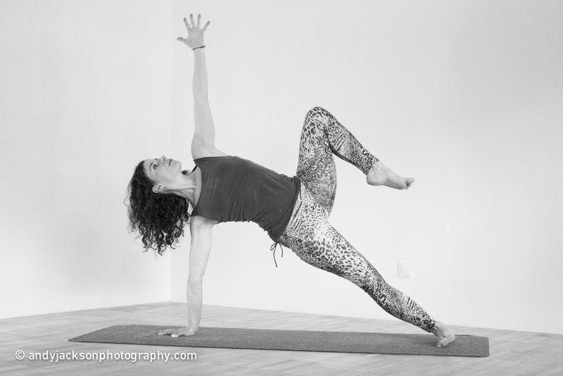 Doris Schernthaner in einer Yoga-Pose (Vinyasa Yoga)