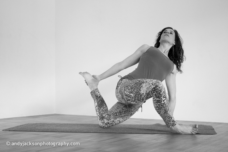 Doris Schernthaner in einer Yoga-Pose (Yin Yoga)