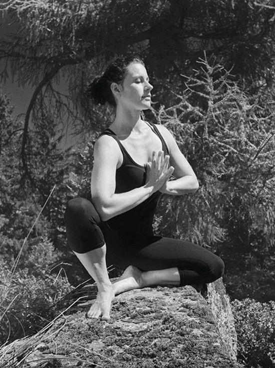 Doris Schernthaner in einer Yoga-Pose im Freien (Classic Yoga)
