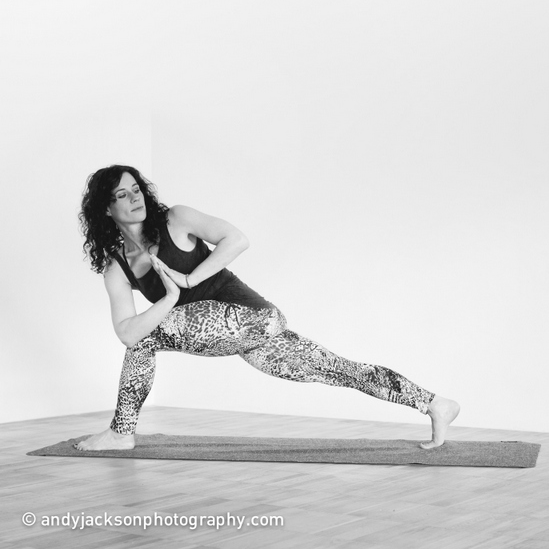 Doris Schernthaner in einer Yoga-Pose (Newsletter)