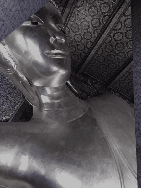 Seitlich liegende Buddha-Figure aus Silber